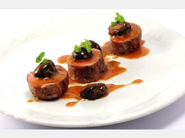 Biftečky z vepřové panenky na sušených švestkách